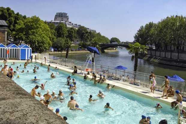 Paris plage les enfants paris for Floating swimming pool paris