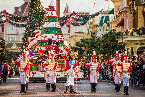 disneyland-paris-christmas-parade-2-M